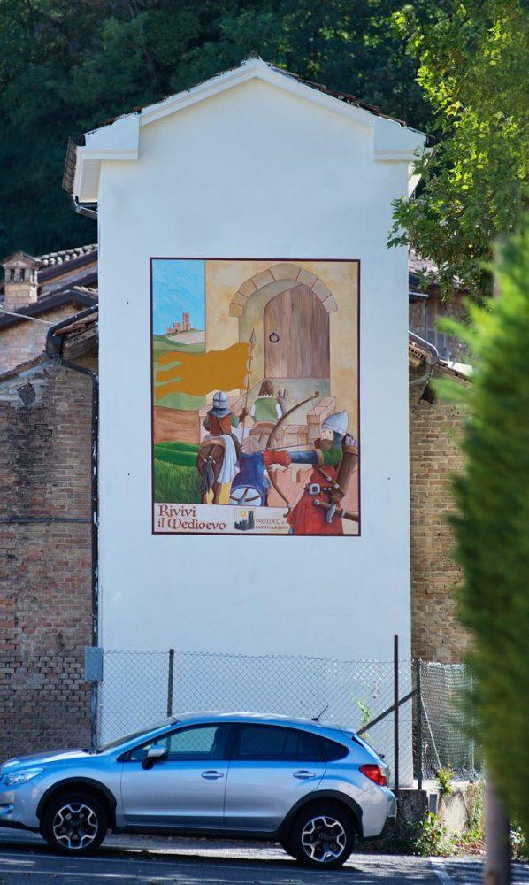 Nuova veste medioevale per una cabina elettrica a castell for Noleggio della cabina del parco cittadino