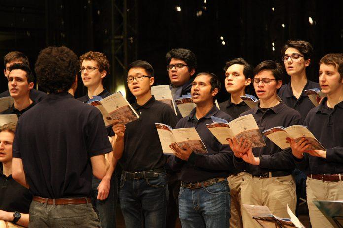 Il repertorio del Coro Tyrtarion batte anche il maltempo. Pubblico numeroso e apprezza-menti per il concerto organizzato dalla Banca di Piacenza alla Sala dei Teatini