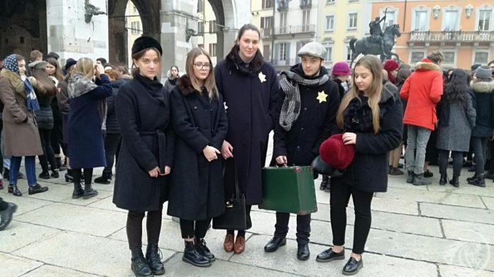 Giornata della Memoria flash mob del Liceo Colombini in piazza Cavalli a Piacenza