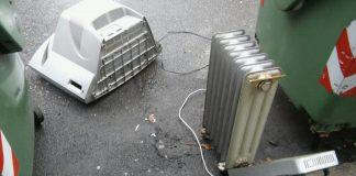 Televisore e termosifone abbandonati in via Baciocchi a Piacenza