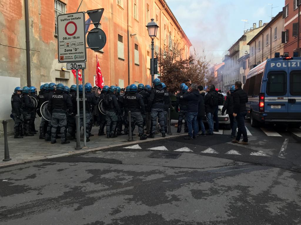 Piacenza, 5 carabinieri feriti in scontri a corteo anti-CasaPound