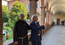 Vittorio Sgarbi con padre Secondo Ballati nel chiostro del concento di Santa Maria di Campagna
