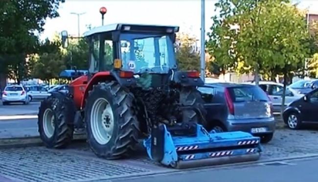 Va al lavoro in trattore per arginare lo stop agli Euro 4