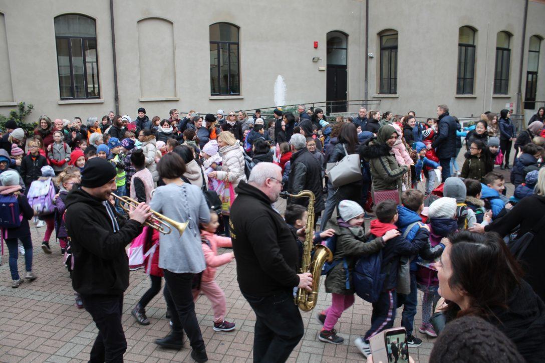 Il Pedibus Jazz regala gioia ai bambini della primaria Mazzini