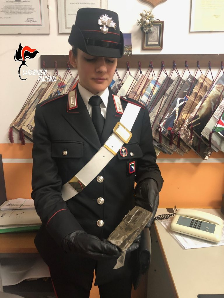 Trentenne arrestato dai carabinieri: aveva 100 grammi di hashish nascosti nella manica del giubbotto
