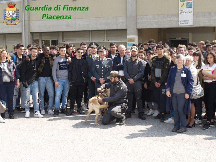 Guardia di Finanza all'istituto Mattei di Fiorenzuola