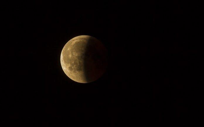 Eclissi di Luna domani. Come e quando vederla