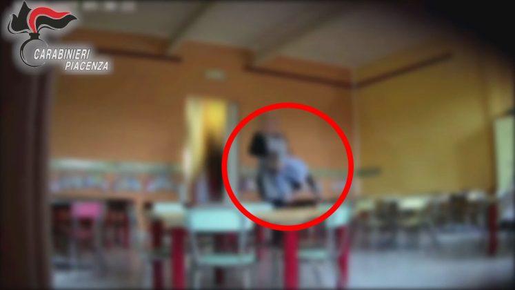 Un bambino sembra essere trasportato rudemente da una maestra