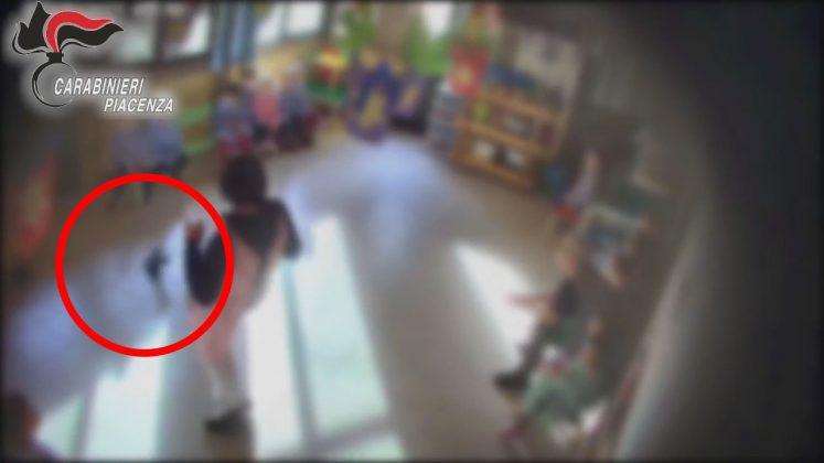 Una maestra dell'asilo di Podenzano lancia una scarpa verso i bambini