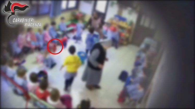 La suora della materna di San Polo (PC) sembra schiaffeggiare un bambino