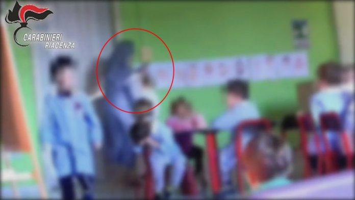 La direttrice della materna di san Polo (PC) sembra alzare le mani su un bambino