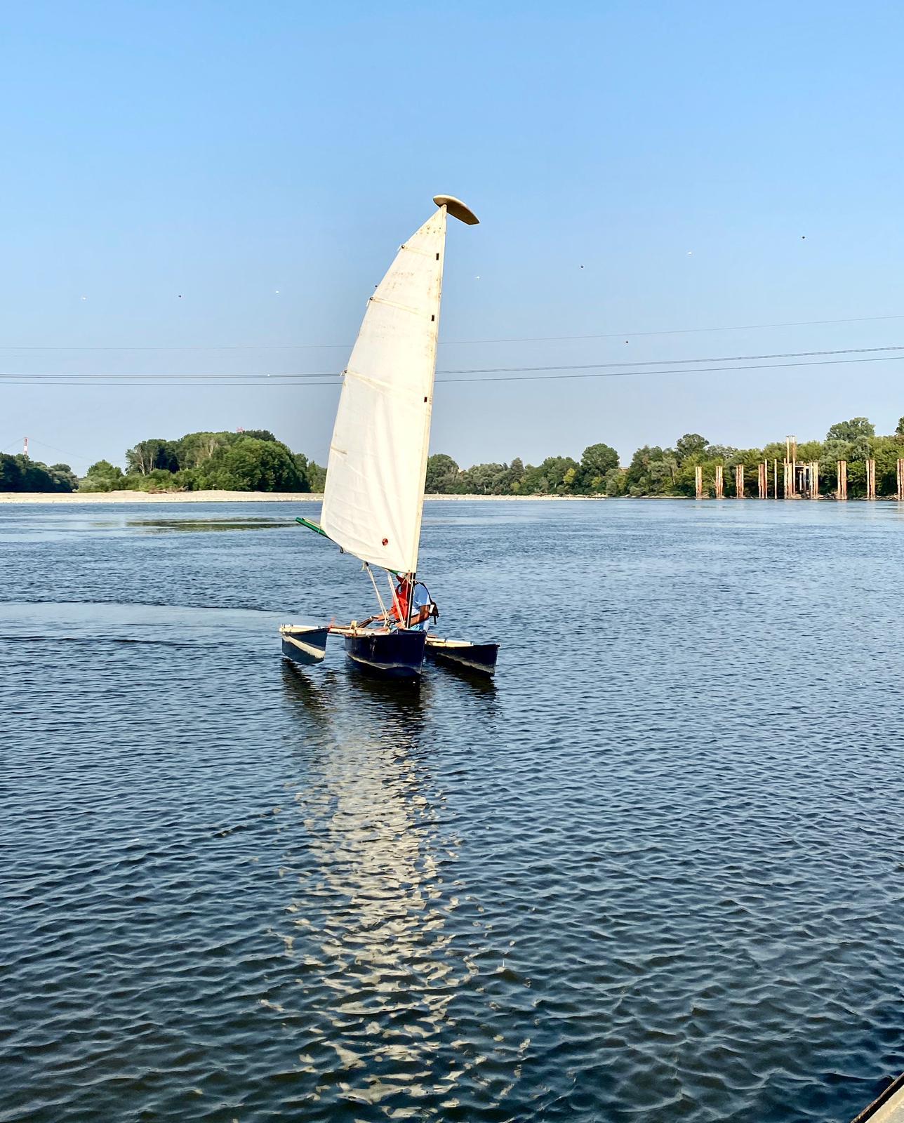 Paolo Lodigiani a vela sul Po