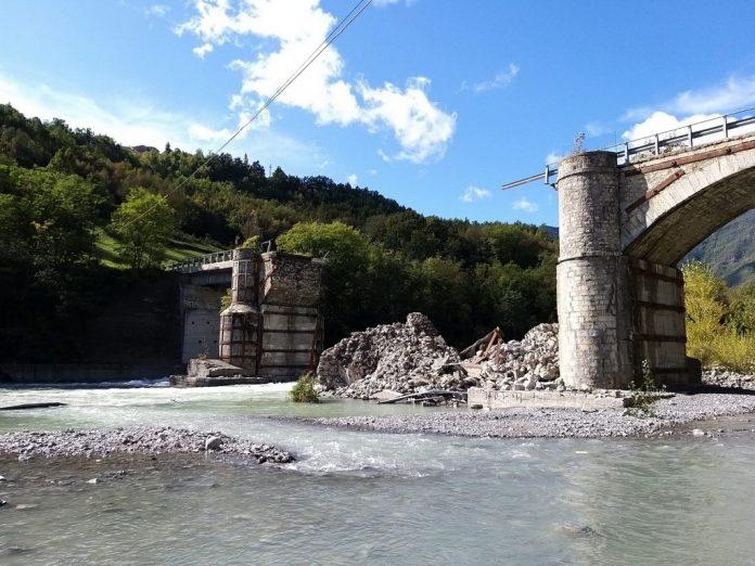 Il ponte lenzino Crollato a Corte Brugnatello lungo la Statale 45