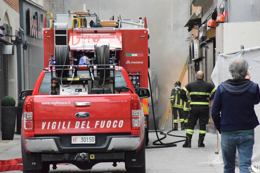 Incendio-Pulisci-strada-via-xx-Settembre-Piacenza_15