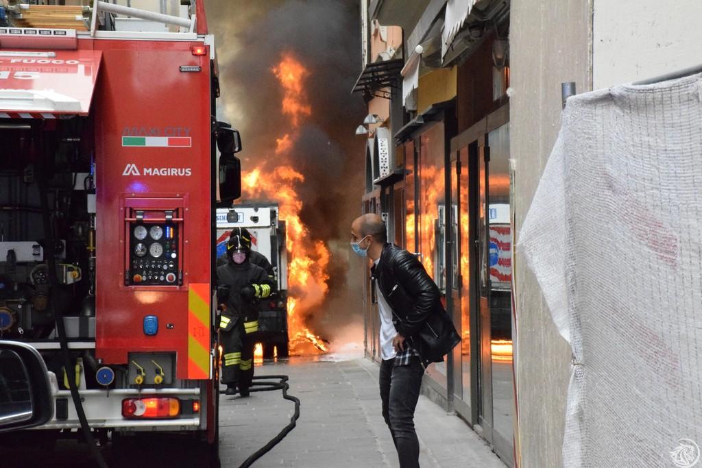 Mezzo Iren in fiamme in via XX Settembre