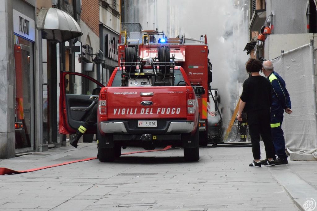 Incendio-Pulisci-strada-via-xx-Settembre-Piacenza_34