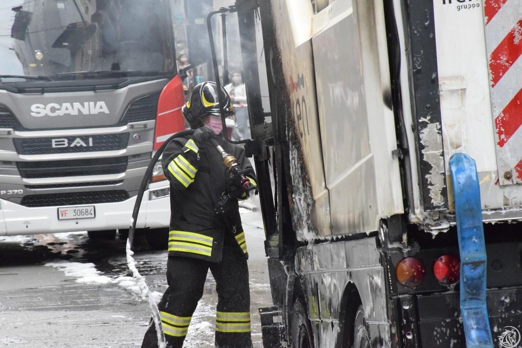Incendio-Pulisci-strada-via-xx-Settembre-Piacenza_53