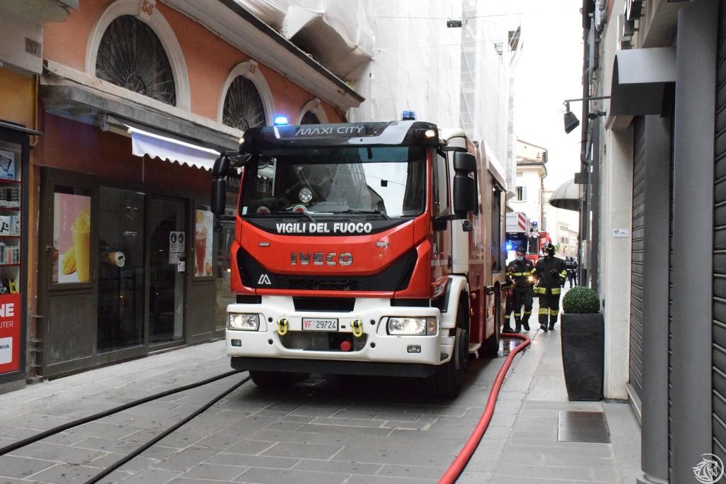 Incendio-Pulisci-strada-via-xx-Settembre-Piacenza_58