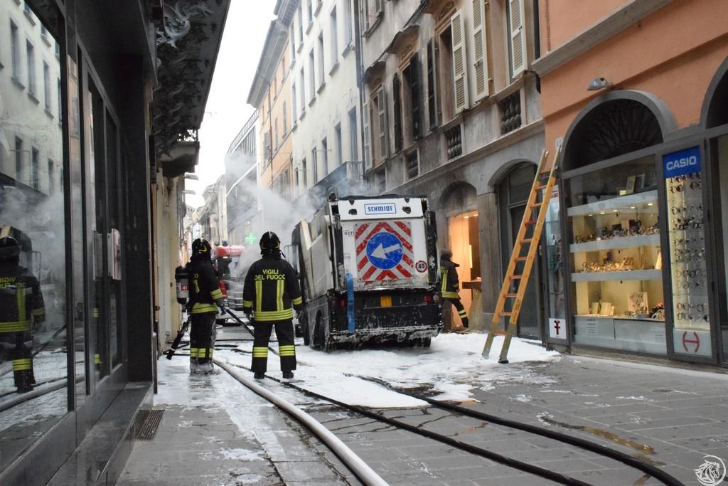 Incendio-Pulisci-strada-via-xx-Settembre-Piacenza_60