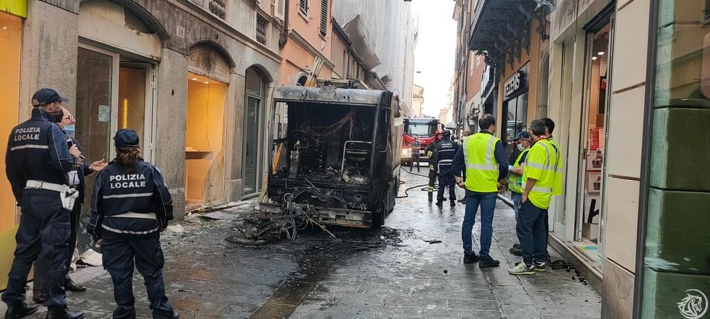 Post-Incendio-Pulisci-strada-via-xx-Settembre-Piacenza_12