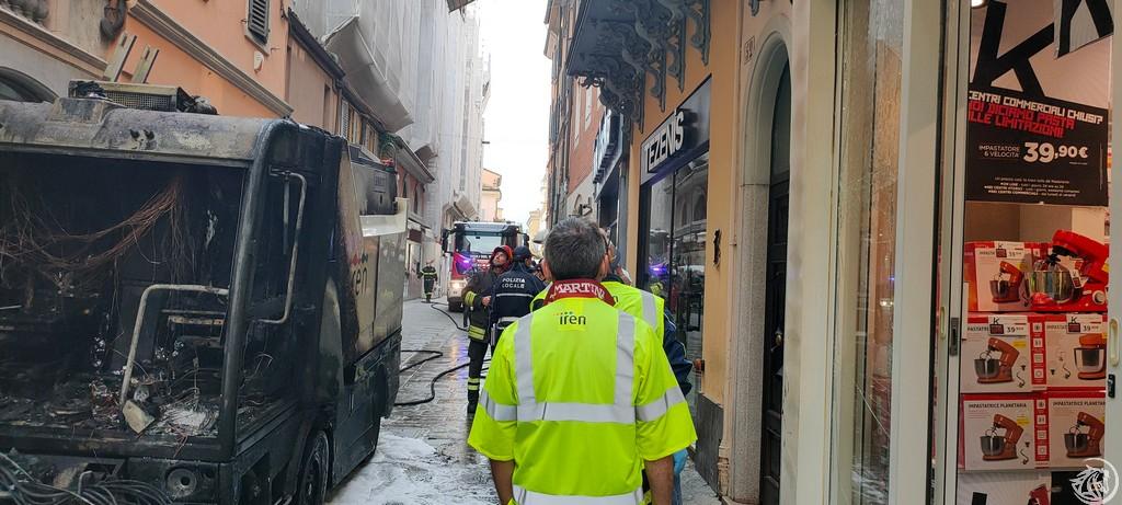Post-Incendio-Pulisci-strada-via-xx-Settembre-Piacenza_19