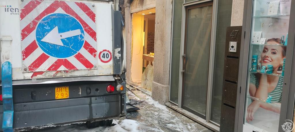 Post-Incendio-Pulisci-strada-via-xx-Settembre-Piacenza_3