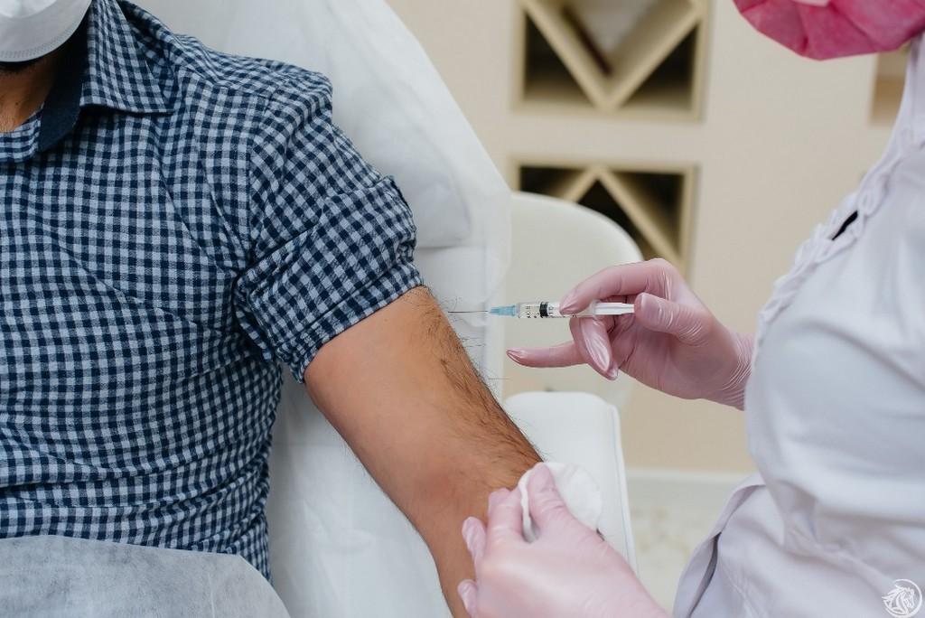 Uomo-vaccinazione-iniezionea-siringa